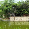 The pond in front of historic house HD wallpaper