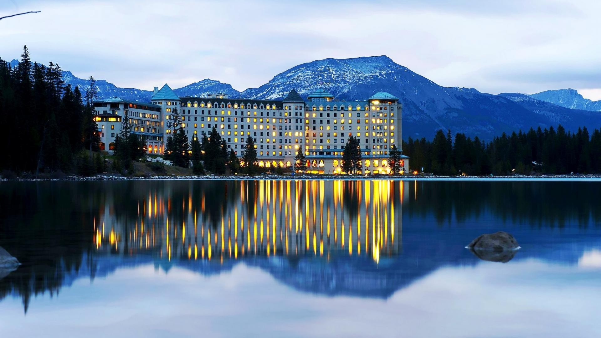 Fairmont chateau on lake louise near banff wallpaper