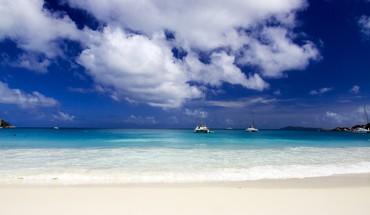 White sand and blue ocean HD wallpaper