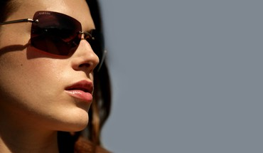 Lèvres lunettes Amanda Righetti fond simple face  HD wallpaper