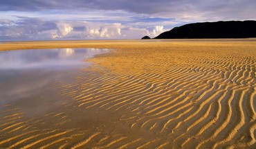 Ripples in the sand on a broad beach HD wallpaper