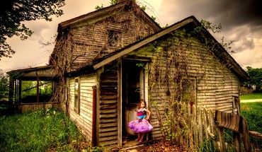 Little girl in the abandoned house HD wallpaper