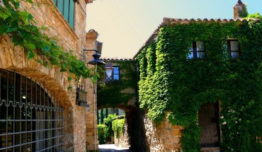Ivy covered houses in catalonia spain HD wallpaper