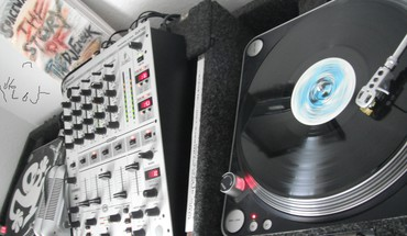 Two tunrtables and a mixer dj HD wallpaper