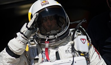 Bull base jumping jump felix baumgartner stratos HD wallpaper