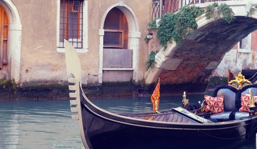 Boats venice italy gondolas canal HD wallpaper