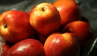 Pommes agrandi fruits gouttes d'eau  HD wallpaper