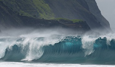 Breaking wave molokai HD wallpaper