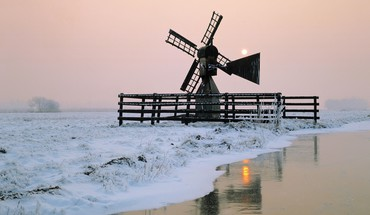 Windmill by the river at winter HD wallpaper