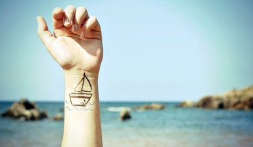 Boats arms raised body painting blurred background HD wallpaper