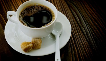 Cup of coffee and sugar cubes HD wallpaper