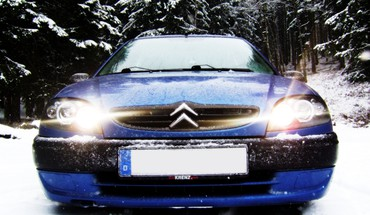 Blue winter snow trees lights cars citroen saxo HD wallpaper
