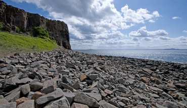 Very rocky shore HD wallpaper