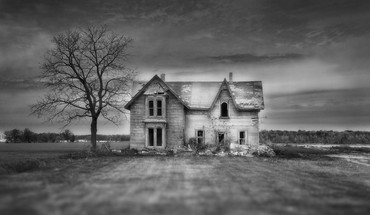 Haunted house in focus HD wallpaper
