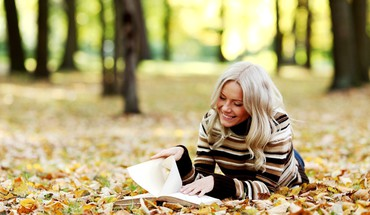 Trees leaves reading smiling sweater parks autumn HD wallpaper