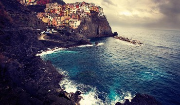 Manarola cityscapes edge sea HD wallpaper