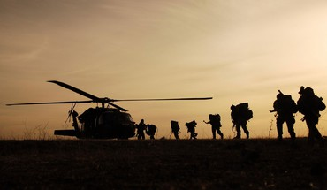 UH60 Black Hawk soldats militaires guerre  HD wallpaper