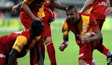 Emmanuel Eboue Galatasaray Felipe Melo  HD wallpaper