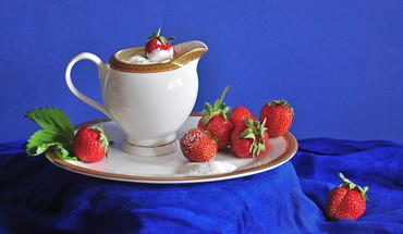 Strawberries with cream HD wallpaper