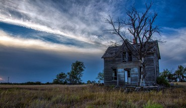 Old abandoned house HD wallpaper