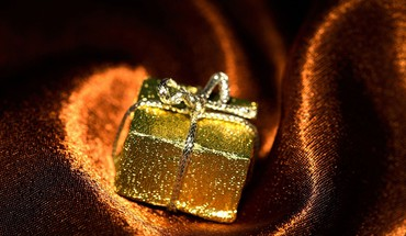 Golden gift box HD wallpaper