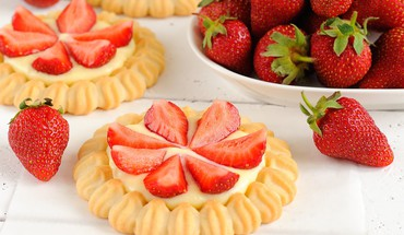 Strawberry tartlets HD wallpaper