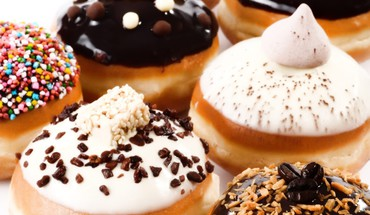Cream topped doughnuts HD wallpaper
