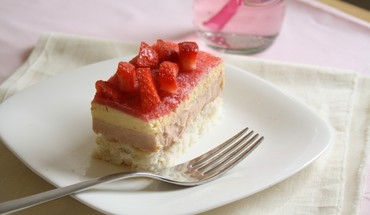 Strawberry topped cream cake HD wallpaper