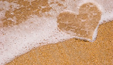 Ocean heart in sand HD wallpaper