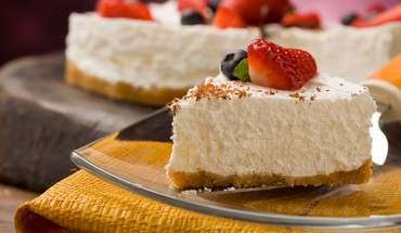 Strawberry topped cheesecake HD wallpaper