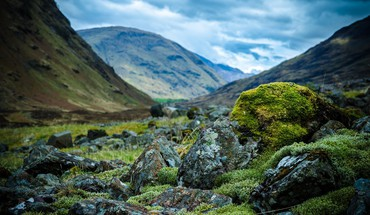 Stones in scottish valley focus HD wallpaper