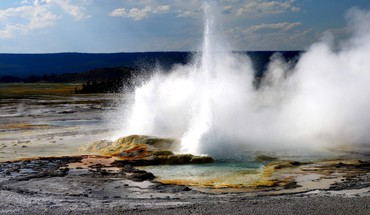 Yellowstone geyser HD wallpaper