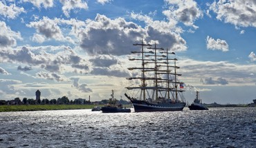 Russian sail ship coming into port HD wallpaper