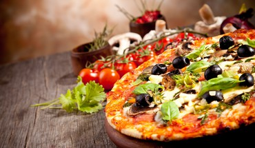 Depth of field food art olives pizza HD wallpaper