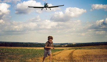 Aircraft running children HD wallpaper
