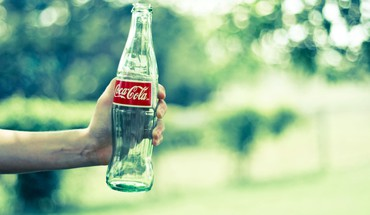 CocaCola buteliai rankas  HD wallpaper