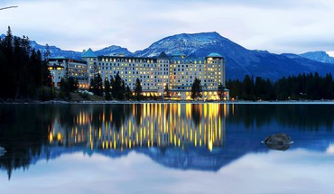 Fairmont chateau on lake louise near banff HD wallpaper