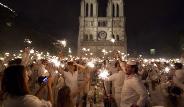 Paris notre dame diner white clothes HD wallpaper