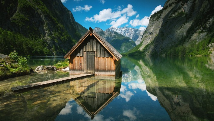 A house in lake wallpaper