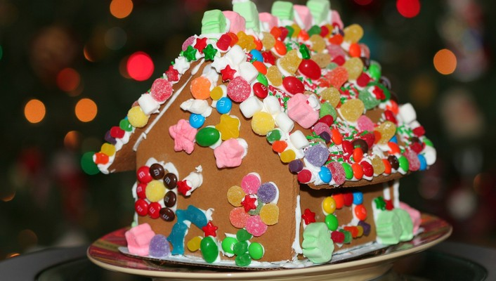 Holiday gingerbread house wallpaper