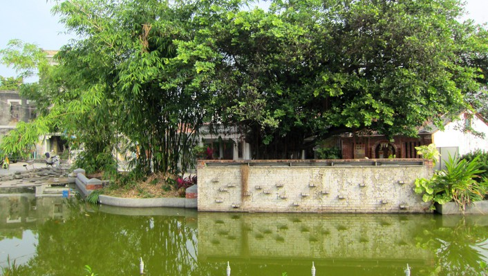 The pond in front of historic house wallpaper