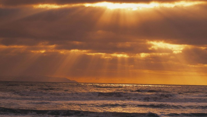 Golden sun rays over the pacific wallpaper