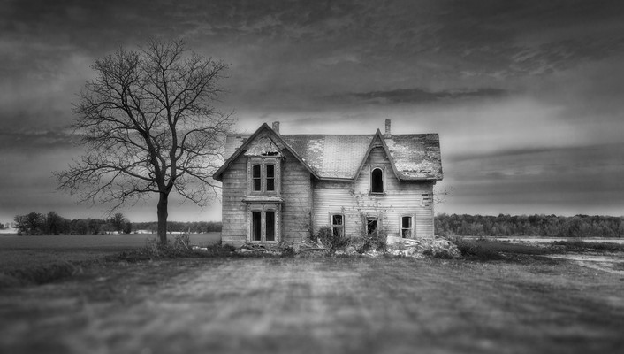 Haunted house in focus wallpaper