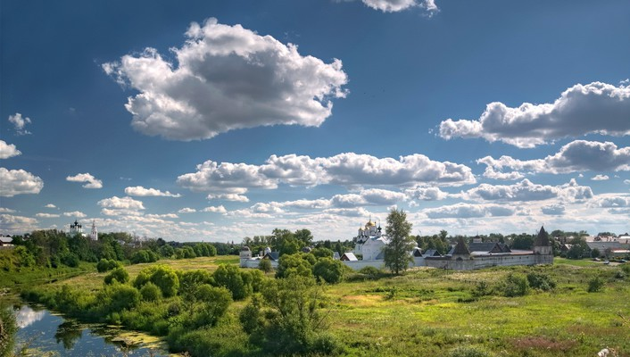 Lovely pokrovsky monastery near kiev wallpaper