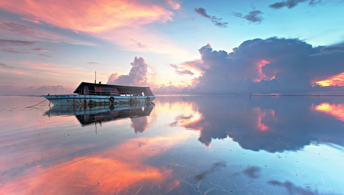 Boat on beautiful sea and sky wallpaper