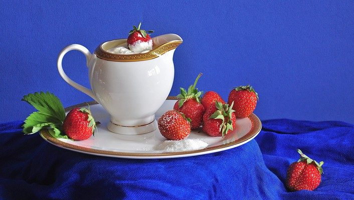 Strawberries with cream wallpaper