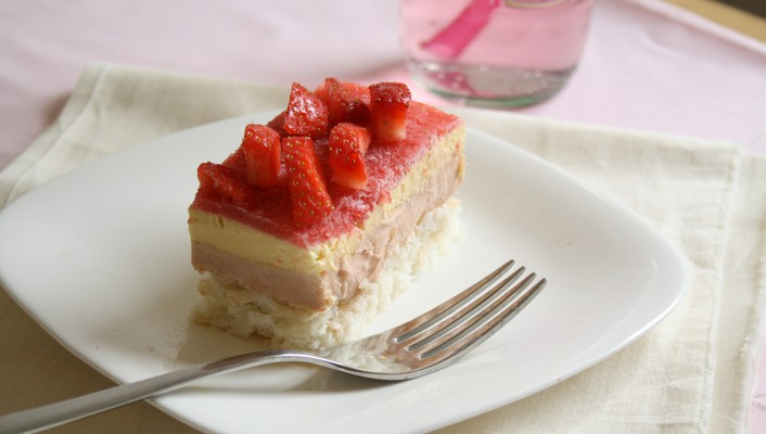 Strawberry topped cream cake wallpaper