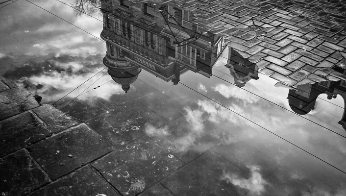 Wonderful reflection in a puddle wallpaper