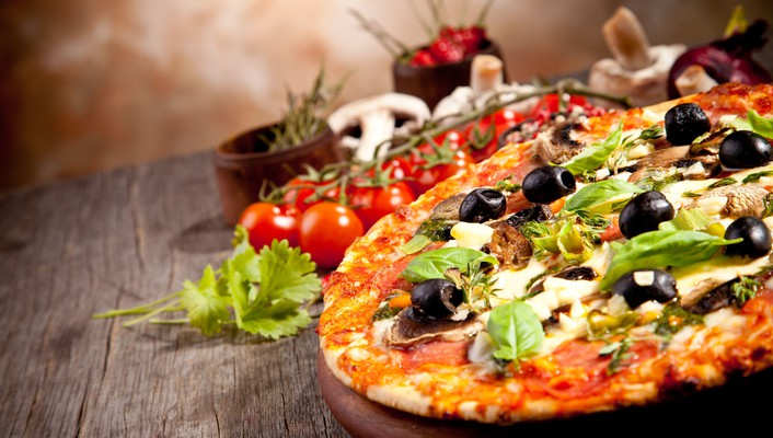 Depth of field food art olives pizza wallpaper