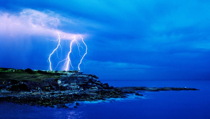 Lightning over the sea wallpaper